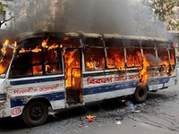 Bangladesh: Xe bus bị ném bom xăng, hơn 20 người thương vong