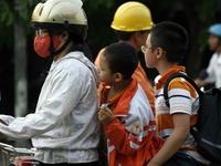 100% học sinh đội mũ bảo hiểm: Khó vẫn phải làm!