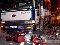 Xe tải đâm 4 xe máy, nhiều người thoát chết