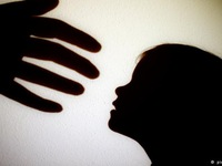 Mẹ kế bạo hành, bé gái 8 tuổi bị thương tích hơn 11