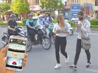 Vừa đi vừa... chơi Pokemon Go: Hiểm họa mất an toàn giao thông