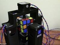 Chú robot chỉ mất hơn một giây để giải rubik
