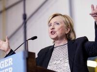 Hillary Clinton công khai thu nhập, thách thức Donald Trump