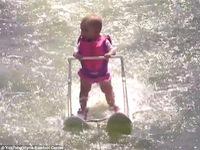 Chuyện lạ: Bé 6 tháng tuổi lướt ván điêu luyện