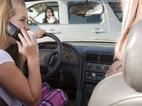 Nhiều vụ TNGT do sử dụng điện thoại trên thế giới