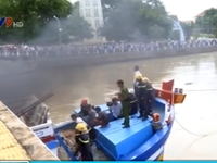 Nỗ lực cứu tàu cá mắc kẹt ở gầm cầu Lê Hồng Phong