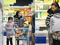 Trương Bá Chi lặng lẽ đi mua sắm cùng con
