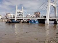 Tàu thu mua hải sản mắc kẹt dưới gầm cầu Lê Hồng Phong, Bình Thuận