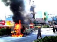 Xe khách bốc cháy dữ dội, hàng chục hành khách hoảng loạn bỏ chạy