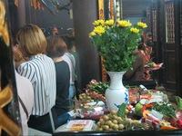 Người Hà Nội đội mưa đi chùa cầu bình an dịp lễ Vu Lan