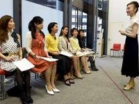 Phụ nữ Nhật Bản chi mạnh tay học cách đi giày cao gót
