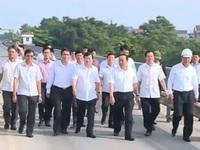 Phó Thủ tướng Trịnh Đình Dũng trực tiếp kiểm tra cầu Việt Trì