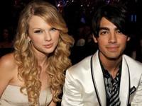 """Taylor Swift có thói quen """"đá"""" bạn trai qua điện thoại?"""