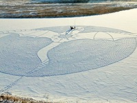 Nghệ sĩ vẽ tranh trên tuyết bằng cách… đi bộ