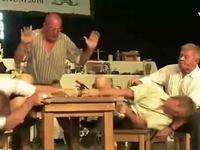 Lạ lùng cuộc thi vật ngón tay ở Bavaria, Đức