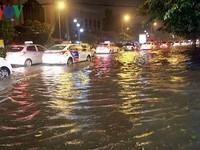 Hà Nội: Nhiều tuyến phố ngập hàng mét do bão số 3
