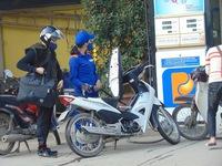 Giá xăng giảm gần 700 đồng/lít, dầu giữ nguyên