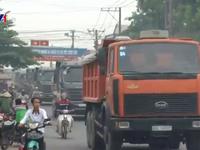 Hà Nội: Né trạm thu phí, xe tải đổ bộ vào đường làng