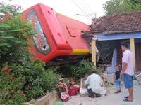 Quảng Ngãi: Xe khách tông sập nhà dân, 5 người bị thương nặng