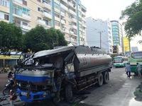 TP.HCM: Xe bồn mất lái, đâm mạnh vào xe buýt chở 15 người