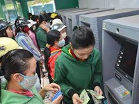 TPHCM: Chi trả lương, thưởng Tết bằng tiền mặt để giảm tải ATM