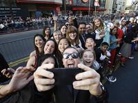 Khi các Sao thích thú với kiểu chụp ảnh selfie