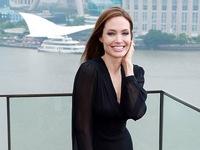 Angelina Jolie khoe nụ cười quyến rũ ở Thượng Hải