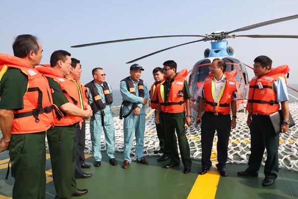 Nghiệm thu sàn đỗ máy bay trực thăng trên tàu Cảnh sát biển - Ảnh 2.