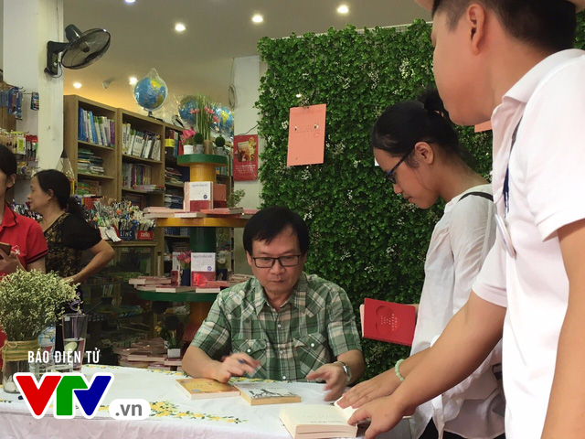 Độc giả xếp hàng dài xin chữ ký nhà văn Nguyễn Nhật Ánh - Ảnh 6.