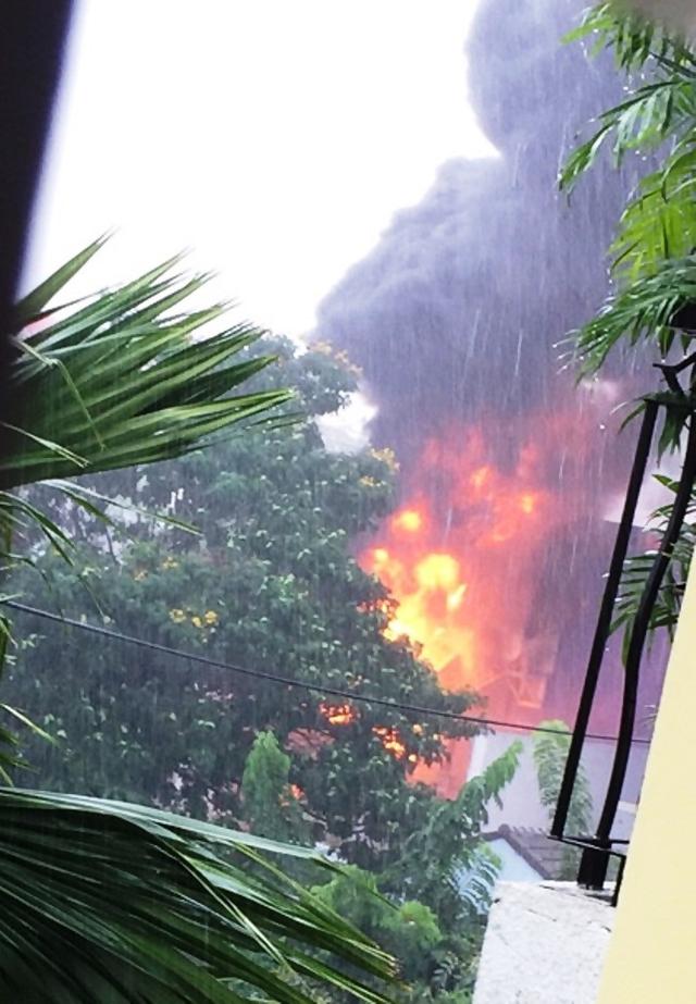 TP.HCM: Trạm biến áp nổ như bom trong mưa làm rung chuyển nhà dân - Ảnh 2.