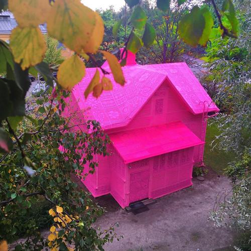Thú vị ngôi nhà bằng len hồng của những phụ nữ Ba Lan - Ảnh 1.