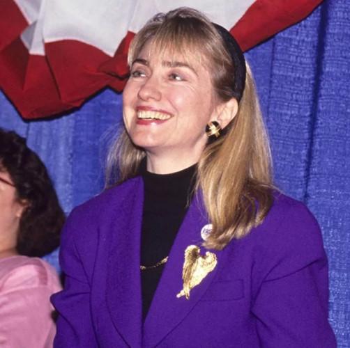 Thời trang tóc của bà Hillary Clinton thay đổi qua năm tháng - Ảnh 1.