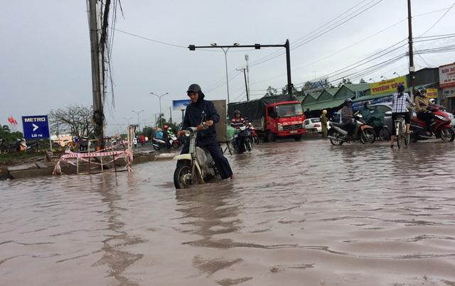 Nhiều tuyến đường nội đô Cần Thơ ngập nặng - Ảnh 1.