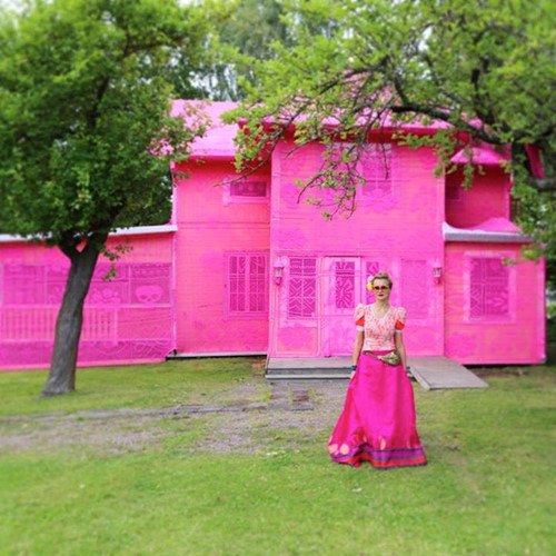 Thú vị ngôi nhà bằng len hồng của những phụ nữ Ba Lan - Ảnh 2.
