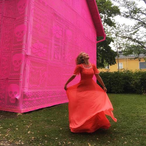 Thú vị ngôi nhà bằng len hồng của những phụ nữ Ba Lan - Ảnh 4.