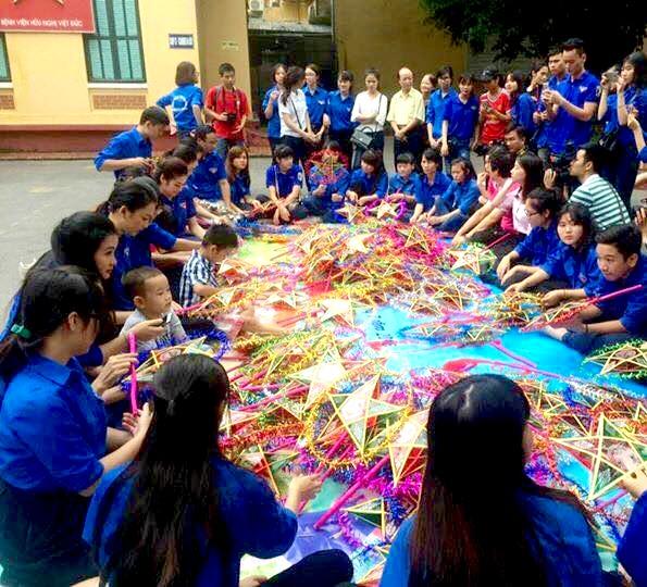 Đoàn Thanh niên VTV mang Trung thu tới các em nhỏ tại nhiều bệnh viện ở Hà Nội - Ảnh 2.