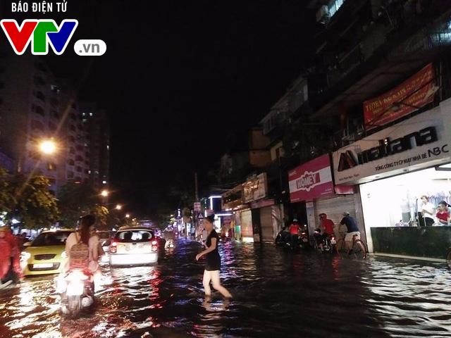 Nhiều tuyến đường Hà Nội thành sông sau mưa lớn - Ảnh 1.