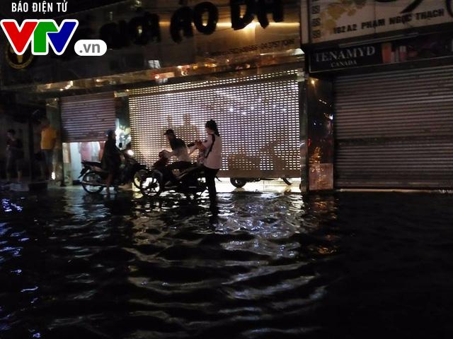 Nhiều tuyến đường Hà Nội thành sông sau mưa lớn - Ảnh 3.