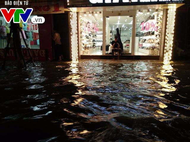 Nhiều tuyến đường Hà Nội thành sông sau mưa lớn - Ảnh 4.