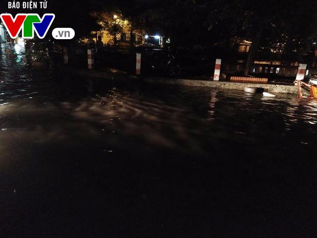 Nhiều tuyến đường Hà Nội thành sông sau mưa lớn - Ảnh 5.
