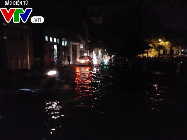 Nhiều tuyến đường Hà Nội thành sông sau mưa lớn - Ảnh 6.