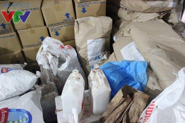 Hà Nội: Thu giữ 6 tấn phụ gia sản xuất bim bim trẻ em không rõ nguồn gốc - Ảnh 2.