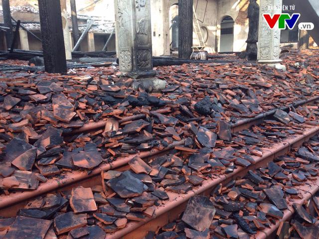 Chùa Tĩnh Lâu hoang tàn sau trận cháy lớn lúc nửa đêm - Ảnh 1.