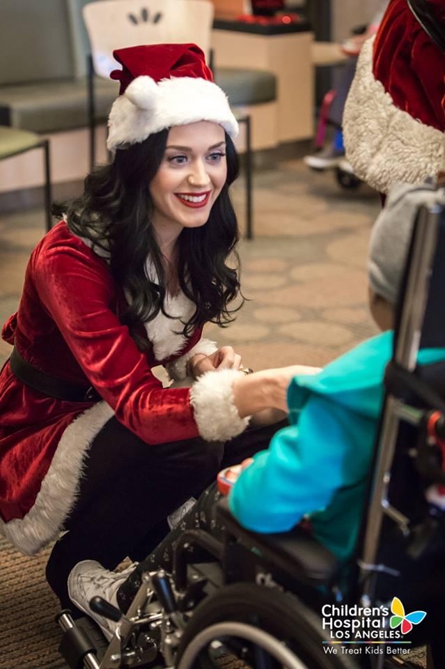 Xúc động với hình ảnh đi phát quà của Katy Perry – Orlando Bloom - Ảnh 2.