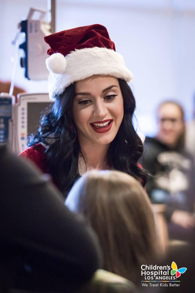 Xúc động với hình ảnh đi phát quà của Katy Perry – Orlando Bloom - Ảnh 5.