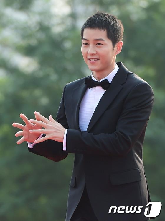Song Joong Ki ngượng ngùng nói về mái tóc ngắn cũn - Ảnh 1.
