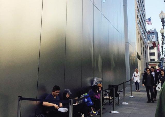 Chờ mua iPhone 7: Vẫn xếp hàng từ sớm nhưng kém đông hơn trước - Ảnh 1.