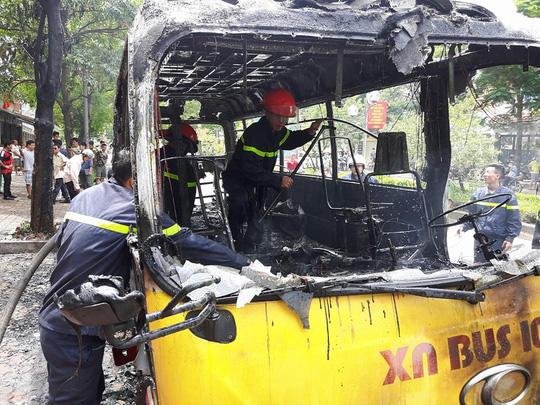Hà Nội: Xe buýt bốc cháy dữ dội, hành khách tháo chạy - Ảnh 1.