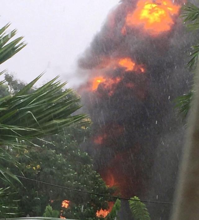 TP.HCM: Trạm biến áp nổ như bom trong mưa làm rung chuyển nhà dân - Ảnh 3.