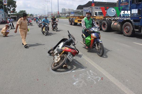 Ô tô điên đâm hàng loạt xe máy trên xa lộ Hà Nội - Ảnh 1.